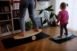 balance-board-mutter-und-kleine-tochter.jpg